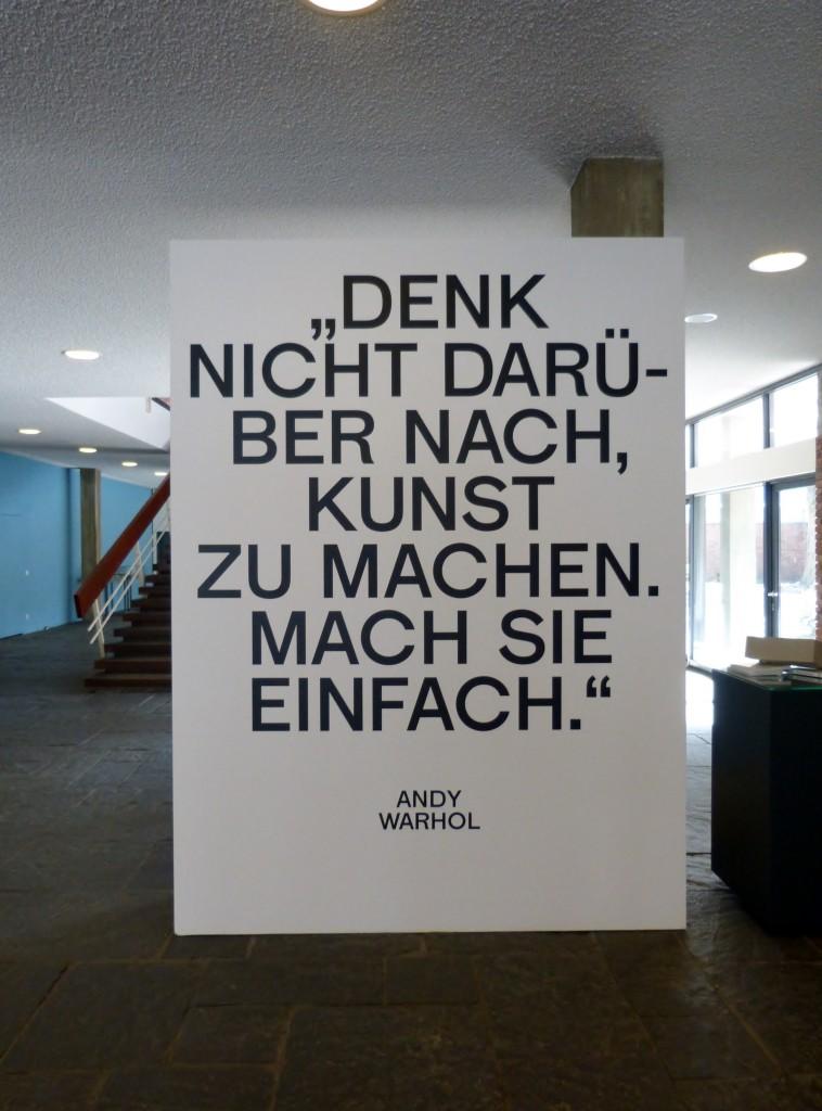 """Andy Warhols wegweisende Worte vor dem Eingang in die Ausstellung """"Kunst für alle"""" im Foyer der Akademie der Künste in Berlin-Tiergarten. Foto © Urszula Usakowska-Wolff"""