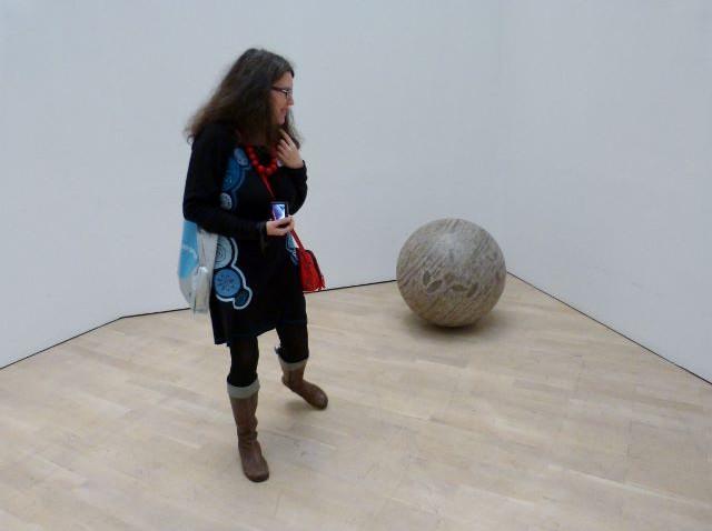 """Isabelle Spicer mit """"360º Presence"""" von Jeppe Hein im Kunstmuseum Wolfsburg am 12.11.2015. Foto © Urszula Usakowska-Wolff"""