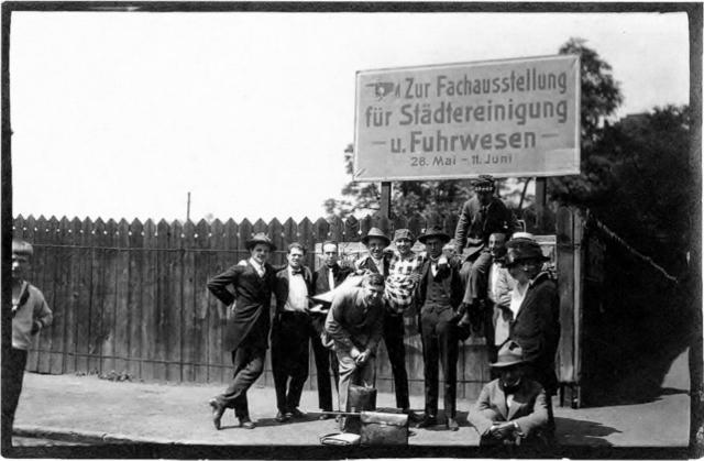 Erster Internationaler Kongress fortschrittlicher Künstler, Düsseldorf, 29.-31. Mai 1922 Raoul Hausmann (2.v.l.) und Hannah Höch in der Mitte  Foto: Anonym. Quelle: wikipedia.de