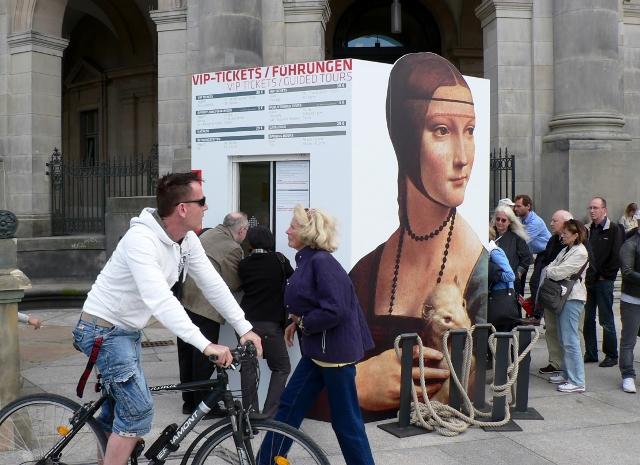"""Ticketverkauf vor dem Bodemusem für die Ausstellung """"Gesichter der Renaissance, 2011, Berlin. Foto © Urszula Usakowska-Wolff"""