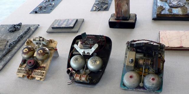 """Erna Rosenstein, Magische Objekte, Ausstellung """"Ich kann nur unbewusst wiederholen"""", Instytut Awangardy ,Warszawa, 2011. Foto © Usakowska-Wolff"""