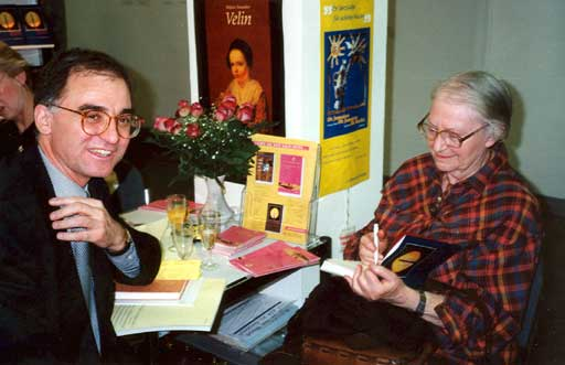 Erna Rosenstein und Andrzej Byrt, polnischer Botschafter in Deutschland, auf der Leipziger Buchmesse 1996. Foto © Manfred Wolff