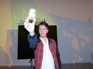 John Bock beim Rundgang durch seine Ausstellung »Im Moloch der Wesenspräsenz« in der Berlinischen Galerie. Foto © Urszula Usakowska-Wolff, VG Bild+Kunst Bonn, 2017