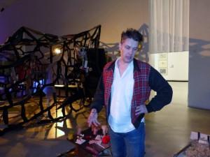 John Bock beim Rundgang durch seine Ausstellung »Im Moloch der Wesenspräsenz« in der Berlinischen Galerie . Foto © Urszula Usakowska-Wolff, VG Bild+Kunst Bonn, 2017