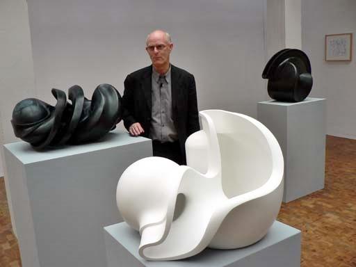 """Tony Cragg in seiner Ausstellung """"Das Potential der Dinge, AdK Berlin Tiergarten, 14.09.2006. Foto © Urszula Usakowska-Wolff"""