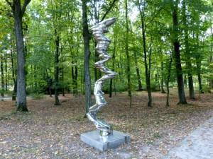 "Tony Cragg, Elliptical Column, rostfreier Stahl, 2012. Ausstellung ""Sculpture"", CRP Orońsko, 2016. Foto © Urszula Usakowska-Wolff"