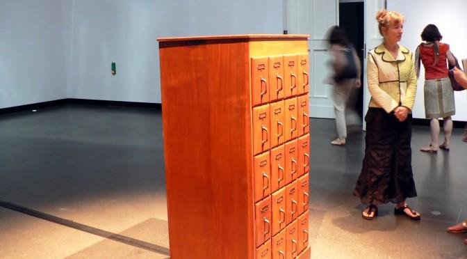 Was stellt die Akademie der Künste im Sommer aus?  Dreidimensionale Hörspiele und geometrische Farbpaneele