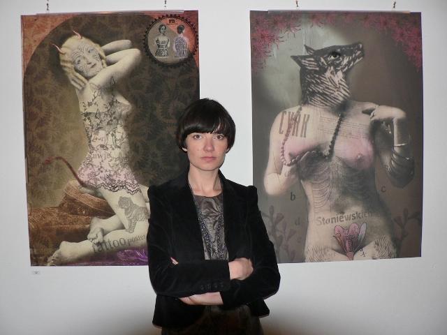 Kaja Renkas vor ihren verführerischen Plakaten in der Pigasus - Polish Poster Gallery Berlin. Foto © Urszula Usakowska-Wolff