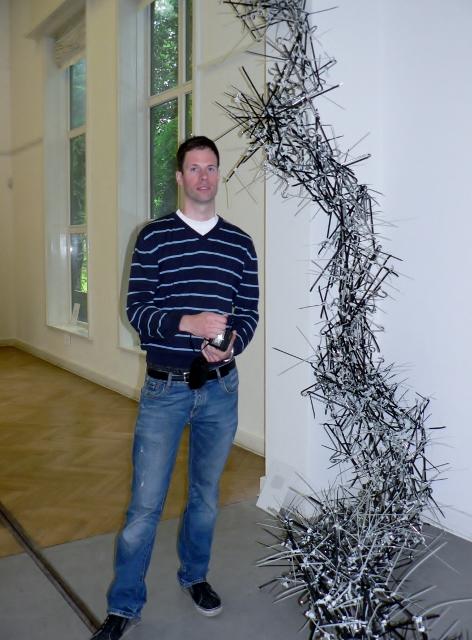 "Gereon Krebber vor seiner Hosenbügel-Skulptur ""Oxomoeno"". Foto © Urszula Usakowska-Wolff"