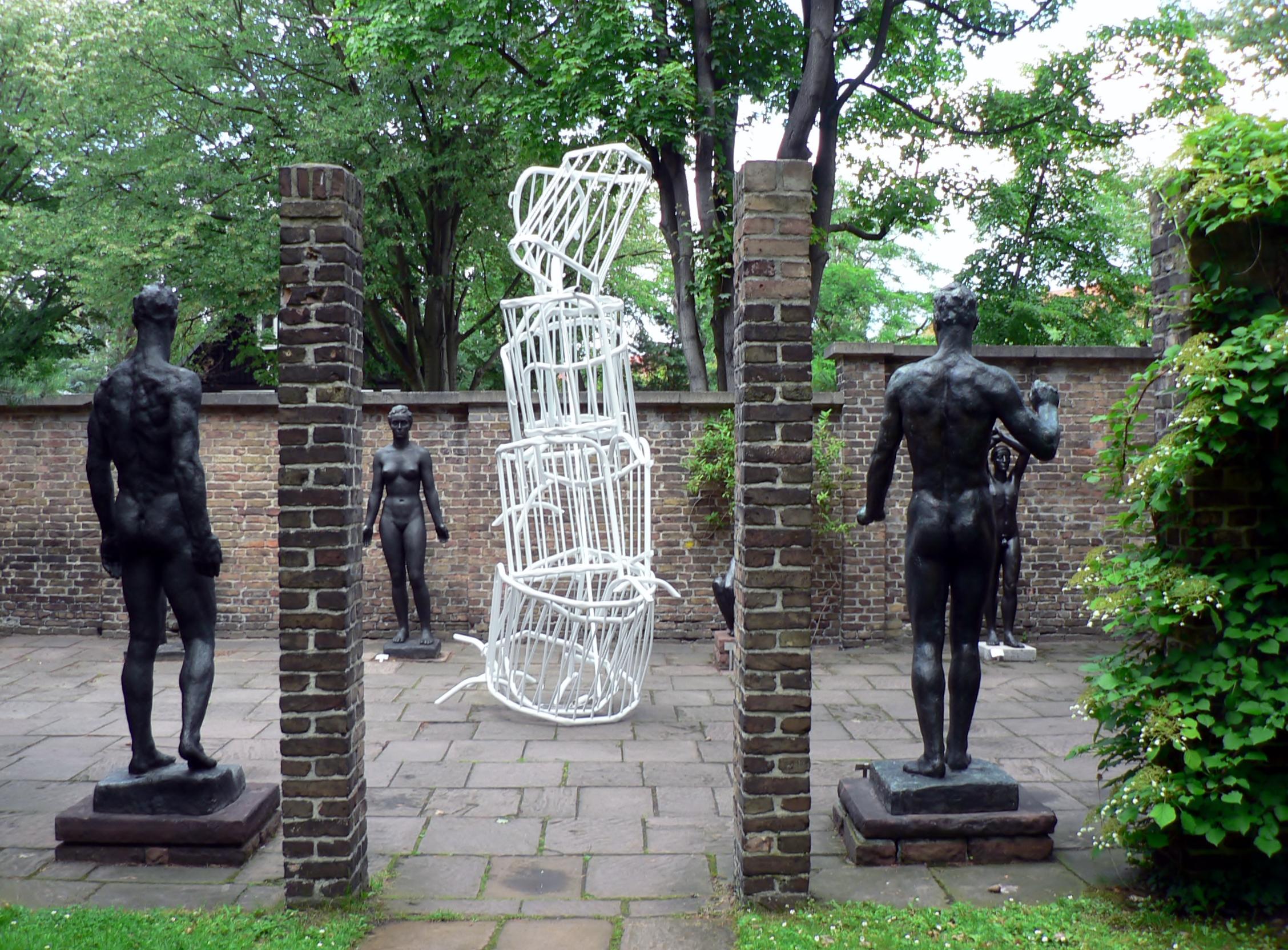 Die Ausstellung »Abstrakt////Skulptur« verwandelt das Georg-Kolbe-Museum in ein Lapidarium