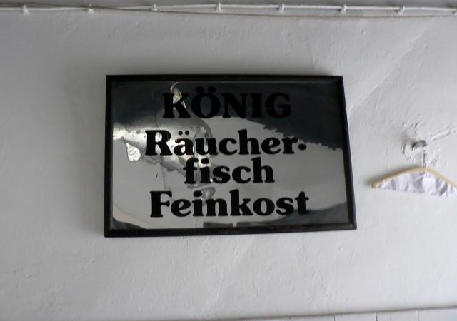König Räucherfisch Feinkost: Ein Schild aus alten Tagen. Foto © Urszula Usakowska-Wolff