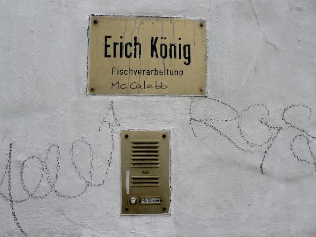 Gestern und heute: Erich König Fischverarbeitung und Dada Post McCalebb. Foto © Urszula Usakowska-Wolff