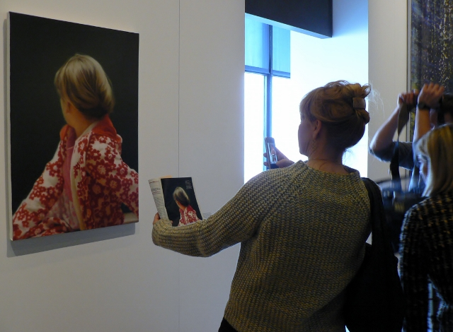 Betty (von Gerhard Richter) auf der Wand und in der Hand. Foto © Urszula Usakowska-Wolff