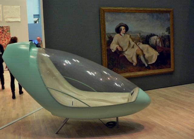 """Hussein Chalayan, """"Place to Passage"""", 2003, und Johann Heinrich Wilhelm Tischbein, """"Goethe in der Campagna"""", 1787. Foto © Urszula Usakowska-Wolff"""