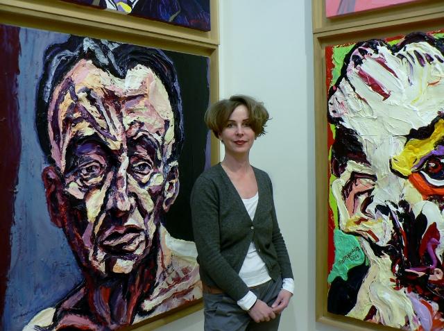 Melanie Battaglia vor dem Porträt von Lucian Freud. Foto © Urszula Usakowska-Wolff