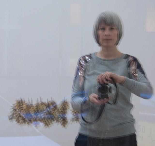 """Anja Asche, Spiegelung mit der Installation """"Großer Feuerkreis"""" im Lite-Haus Galerie + Projektraum. Foto © Anja Asche"""