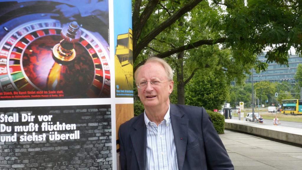 Klaus Staeck neben einer Litfaßsäule mit seinen Plakaten vor der Neuen Nationalgalerie in Berlin, 7.08. 2014. Foto © Urszula Usakowska-Wolff