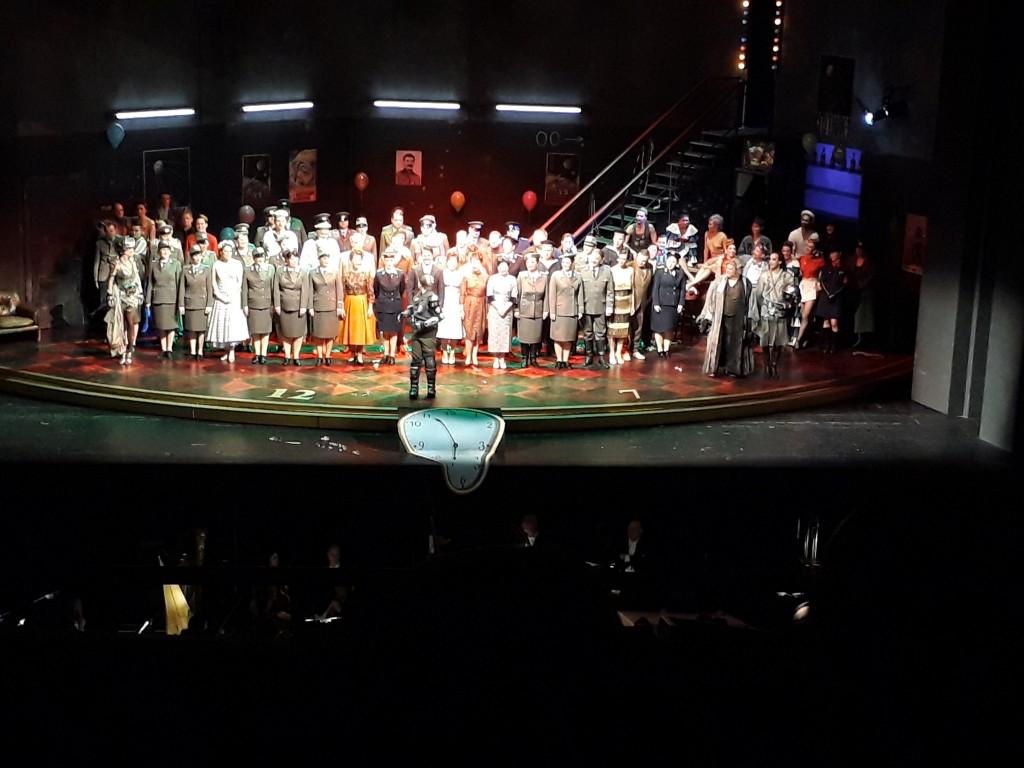 """""""Fledermaus""""-Ensemble nach dem Ende der Premiere am 28.04.2018, Deutsche Oper Berlin. Foto © Urszula Usakowska-Wolff"""