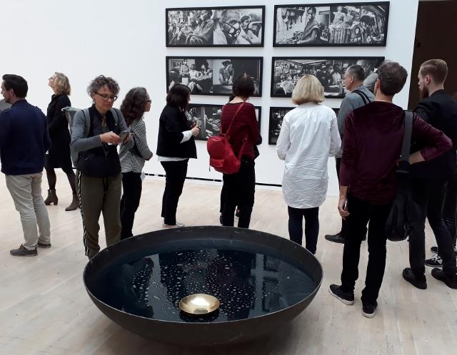 """Blick in die Ausstellung """"Facing India"""" mit Arbeiten von Vibha Galhotra. Foto © Urszula Usakowska-Wolff"""