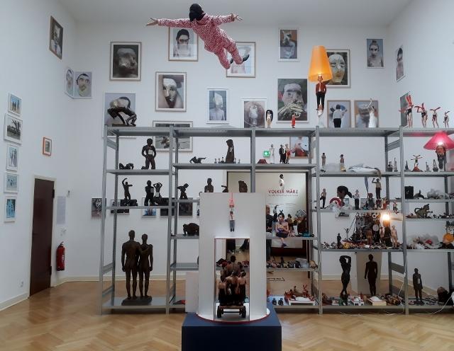 """Volker März, Ausstellungsansicht """"Der Affe fällt nicht weit vom Stamm"""", Georg-Kolbe-Museum Berlin, 2018. Foto © Urszula Usakowska-Wolff"""