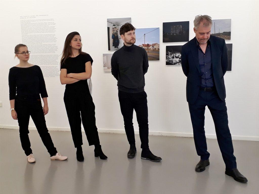 Lara Wilde, Paula Markert, Norman Hoppenheit und Dr. Matthias Harder (Kurator). Foto © Urszula Usakowska-Wolff
