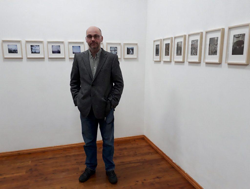 """Wojciech Sternak am 18. März 2018 bei der Eröffnung seiner Ausstellung """"Sieben Wege"""" im Projektraum art.endart in Berlin-Wedding. Foto © Urszula Usakowska-Wolff"""