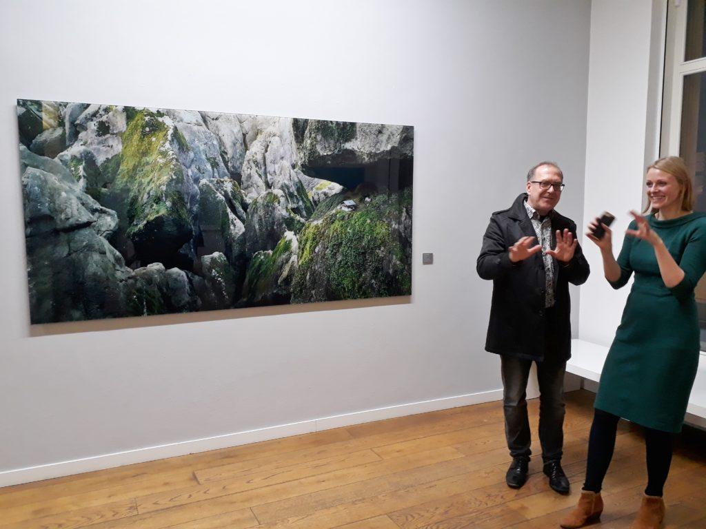 """Ausstellungskuratorin Dr. Marie Christine Jádi und Thomas Wrede vor seiner Fotoarbeit """"Haus im Gebirge"""", 2007, C-Print.  Foto © Urszula Usakowska-Wolff"""