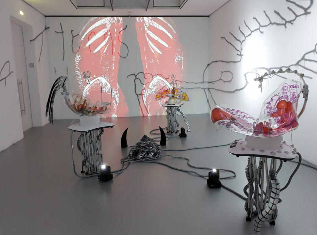 """Katja Novitskova, """"Pattern of Activation"""" (2017), Installationsfragment. Foto © Urszula Usakowska-Wolff"""