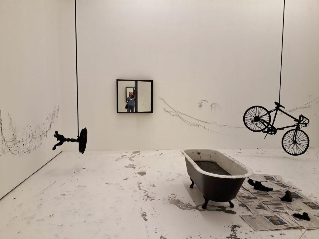 """Installationsansicht der Ausstellung """"Memory Is The Weapon"""" von Robin Rhode. Foto © Urszula Usakowska-Wolff"""