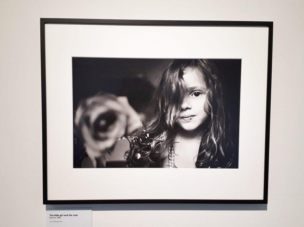 """Letizia Battaglia, The little girl and the rose, Palermo, 1995. Ausstellung """"Palermo und der Kampf gegen die Mafia"""", Italienisches Institut Berlin, 24.09.2020-31.03.2021. Foto: Urszula Usakowska-Wolff"""