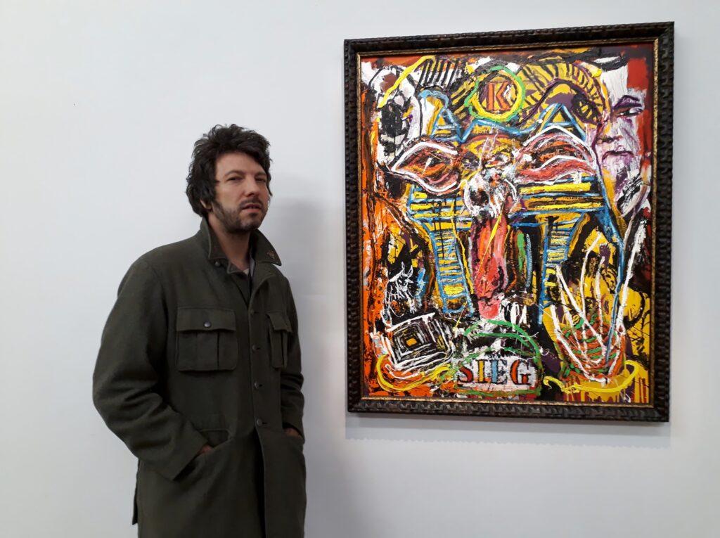 """Orsten Groom neben seinem Bild """"Sieg HMund"""", Urban Spree Galerie, 20.10.2020. Foto © Urszula Usakowska-Wolff"""