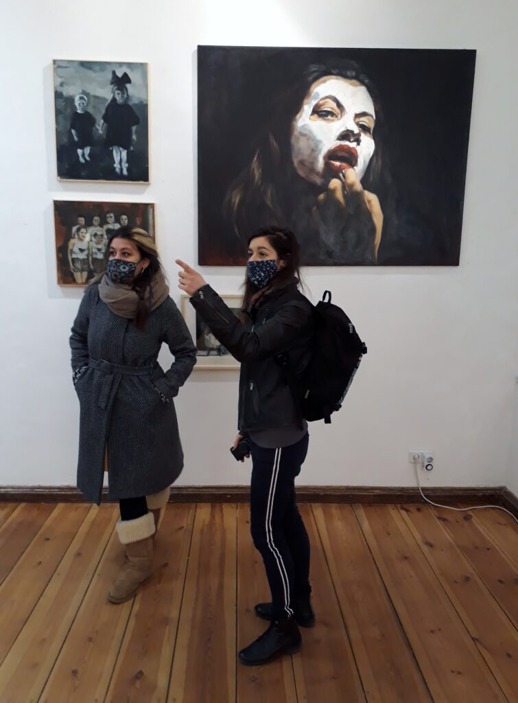 Bilder von Nadia-Valeska Devonish (sie steht links neben Estelle Reynier, Art up) im K-Salon, Dezember 2020. Foto © Urszula Usakowska-Wolff