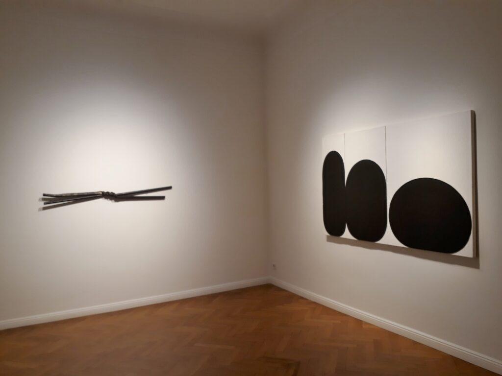 "Gary Kuehn, Blick in die Ausstellung ""Leave No Stone Unturned"", Galerie Michael Haas, 2020. © Urszula Usakowska-Wolff"