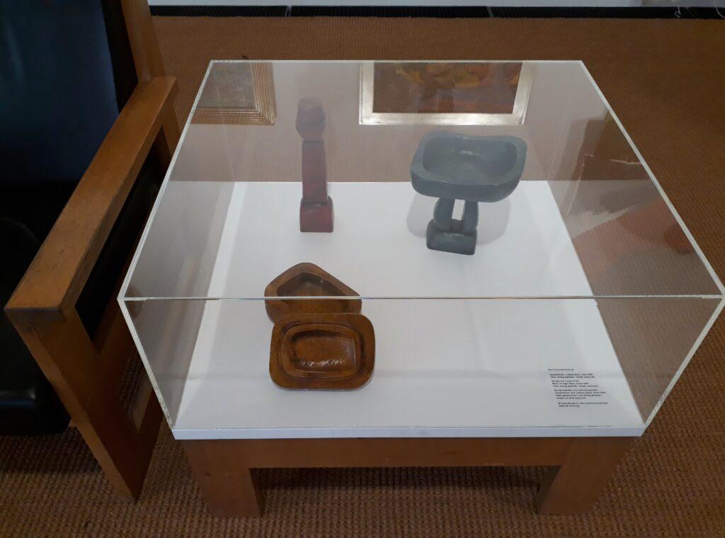 Karl Schmidt-Rottluff, kleine Objekte, Ausstellungsansicht Vivian Suter, Bonzo's Dream, Brücke-Museum, 19.09.2020. Foto © Urszula Usakowska-Wolff