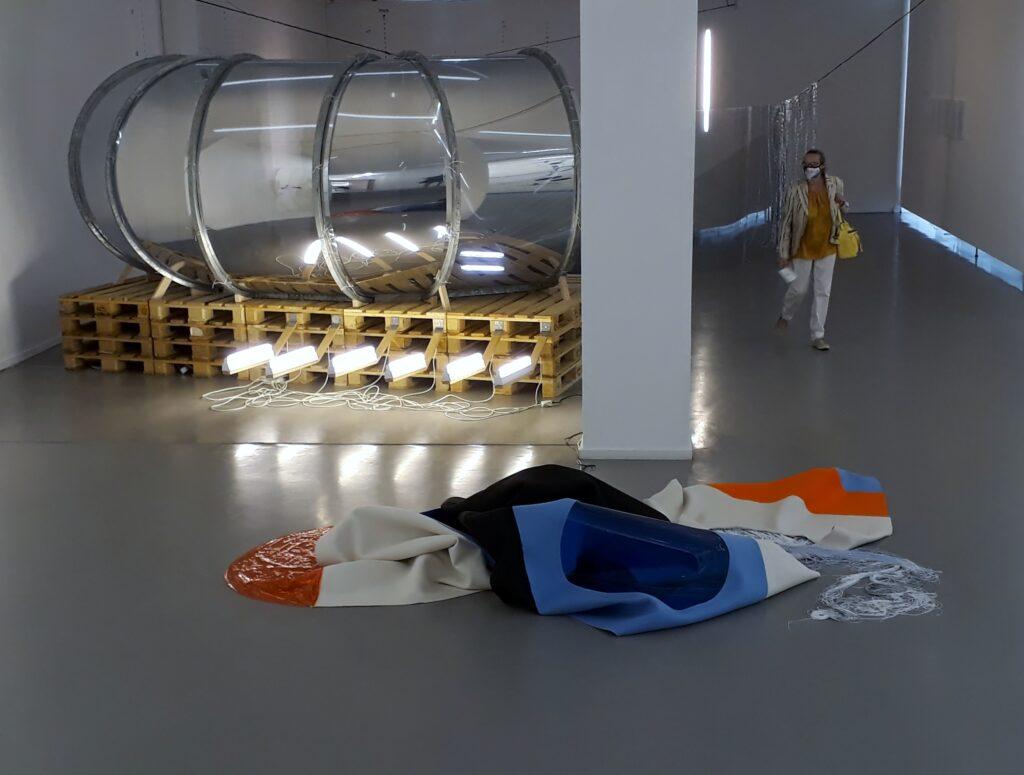 Blick in die Ausstellung Listen to the Space von Ulrike Flaig, Kommunale Galerie, Berlin, 2020. Foto © Urszula Usakowska-Wolff