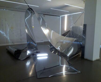 Vor, im und hinter dem Spiegel: Ulrike Flaig in der Kommunalen Galerie Berlin