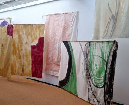 Die Ausstellung »Bonzo's Dream« von Vivian Suter im Brücke-Museum