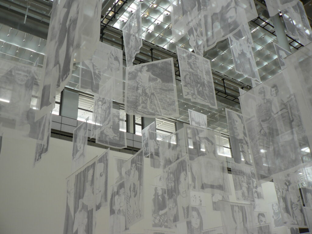 Christian Boltanski, Geist(er), Installationsansicht, Kunstmuseum Wolfsburg, 2013. Foto © Urszula Usakowska-Wolff