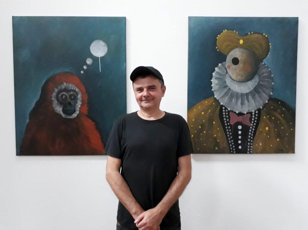 Andrzej Koston, Projektraum art.endart, 10.09.2021. Links: Der erste Gedanke; rechts: Frau im mittleren Alter, Öl auf Leinwand, je 80 x 100 cm.  Foto © Urszula Usakowska-Wolff
