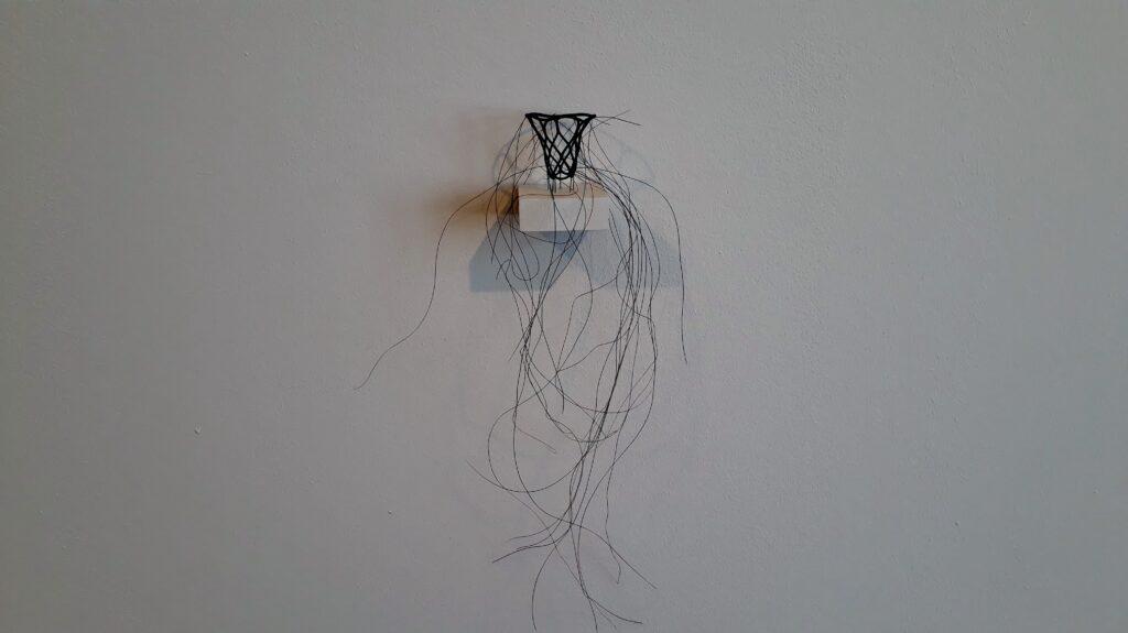 """Christiane Löhr, Kleiner Haarkelch, 2006, Pferdehaar, Nadeln, ca. 33 x 17 x 13 cm. Ausstellung """"Ordnung der Wildnis, Haus am Waldsee, Berlin, 2021. Foto © Urszula Usakowska-Wolff"""
