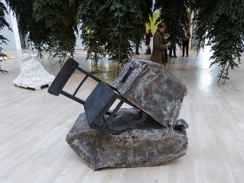 Erwin Wurm, Fichte, Installationsansicht Kunstmuseum Wolfsburg 2015. Foto © Urszula Usakowska-Wolff