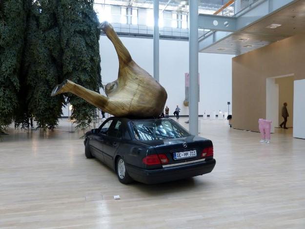 Erwin Wurm, Fichte, Installationsansicht Kunstmuseum Wolfsburg, 2015. Foto © Urszula Usakowska-Wolff