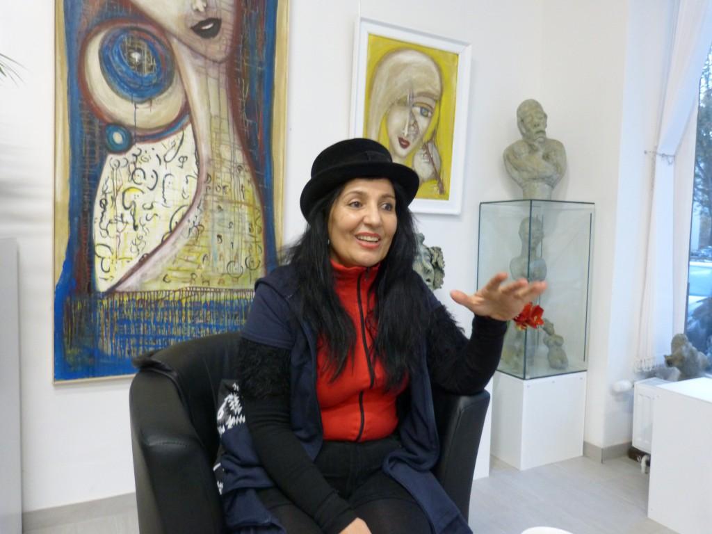 Shahla Agapour in der ART Galerie Benakohell, Berlin-Reinickendorf. Foto © Urszula Usakowska-Wolff