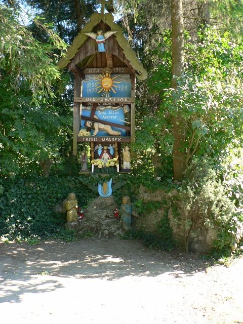 """Bildstock """"Der dritte Fall"""" vor dem Haus von Józef Chełmowski. Foto © Urszula Usakowska-Wolff"""