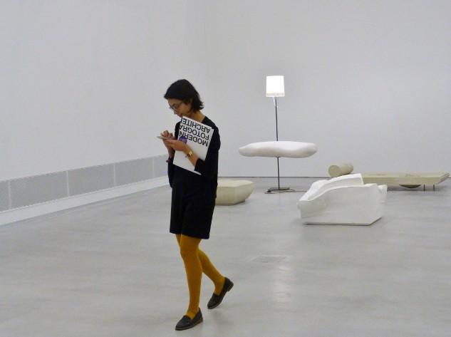 """Mit Handy durch die Ausstellung """"Bei Mutti"""" von Erwin Wurm. Foto © Urszula Usakowska-Wolff"""