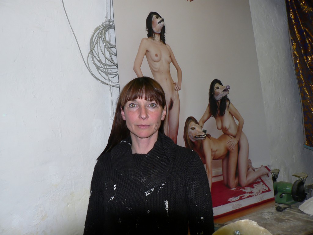 """Iris Schieferstein vor ihrer Fotoarbeit """"Underfucked Oversexed"""". Foto © Urszula Usakowska-Wolff"""
