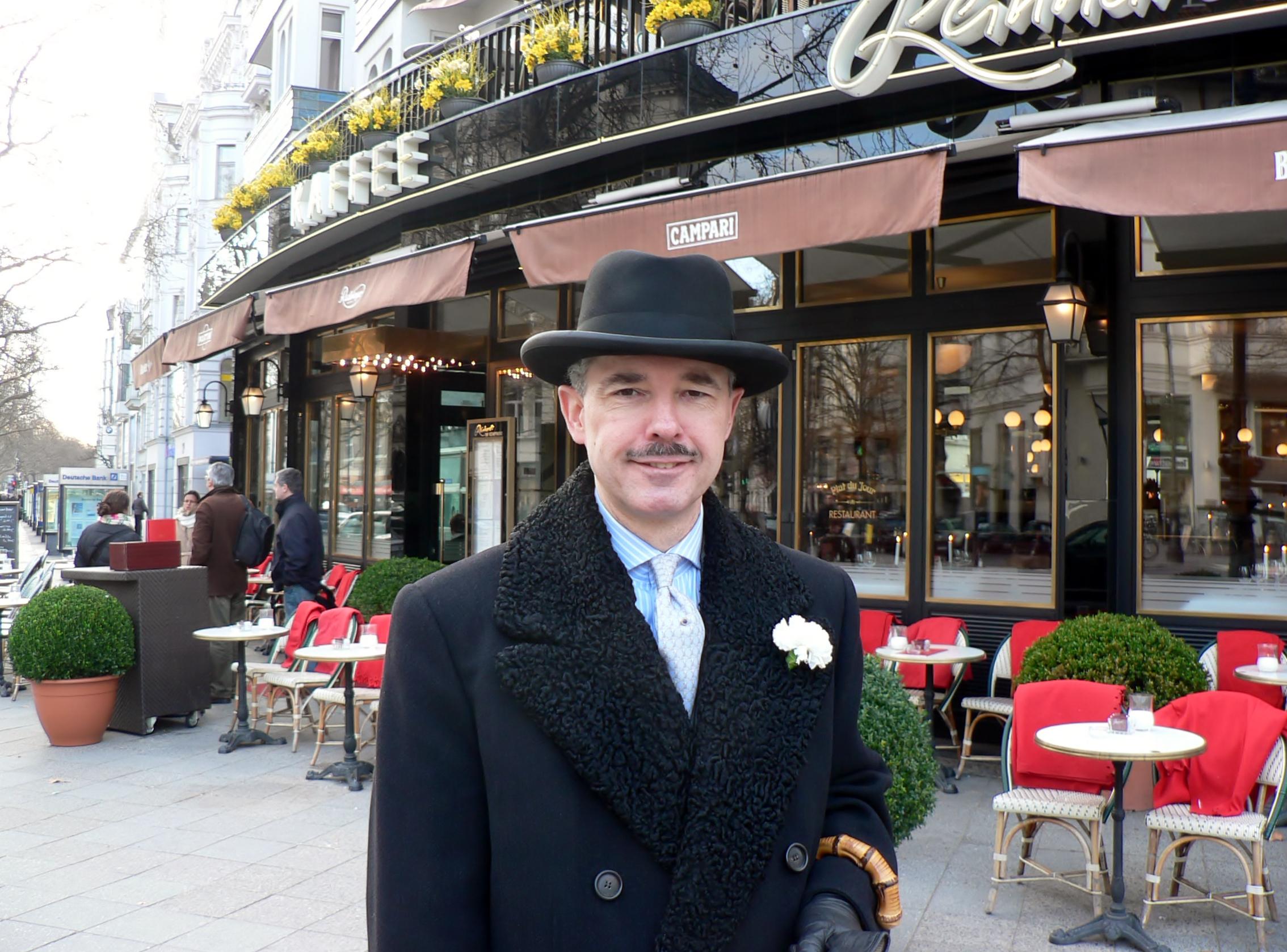 Henry de Winter, der Gentleman mit einer weißen Nelke am Revers, singt unvergessliche Schlager und ist eine Augenweide