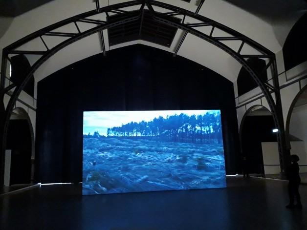 """Blick in die Ausstellung """"The Demon´s Brain"""" von Agnieszka Polska im Hamburger Bahnhof Berlin. Foto © Urszula Usakowska-Wolff"""