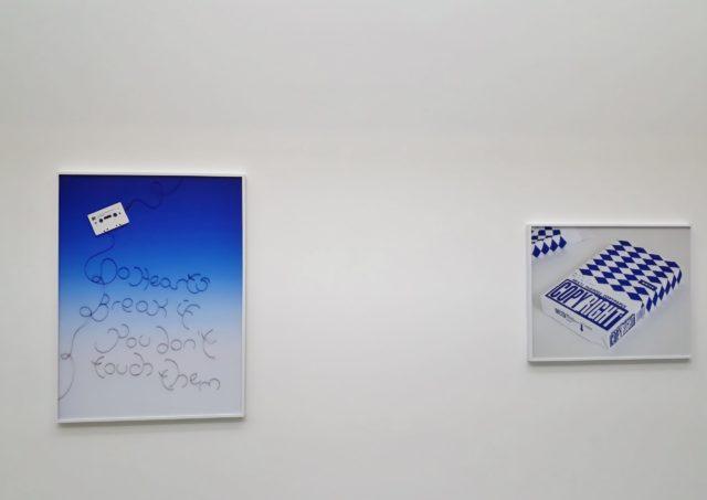 "Natalie Czech, ""A poet's question by Charles Bernstein (Cassette / Loved Ones)"", 2018, und ""A poet's question by Lev Rubinstein (Copyright)"", 2018, archival pigment prints. Foto: Urszula Usakowska-Wolff"